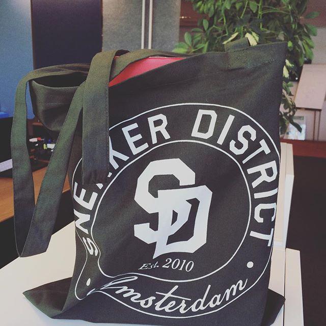 Originele manier van verzenden van pakketjes, geen saaie bruine doos maar hippe stoffen tas! #maaktmeblij #customerservice #customersatisfaction #blijeklant #helaasteklein @sneakerdistrict
