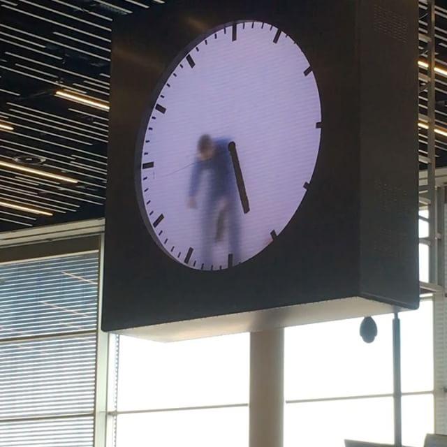 Er zit een mannetje in de klok #wachtverzachter #lounge2 #schiphol