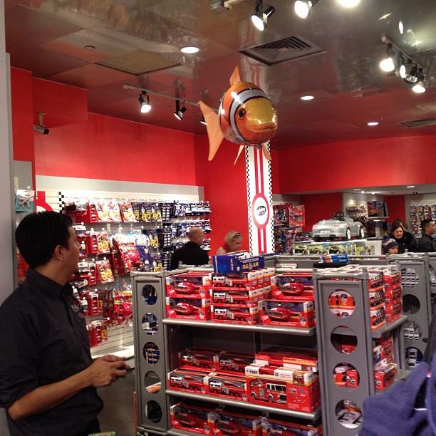 Entertainment in speelgoedwinkel