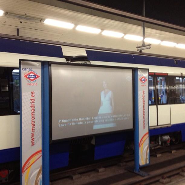 TV kijken tussen de metrosporen in madrid